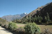 Wir befinden uns im Zug auf der Fahrt von Cusco nach Aguas Caliente, der Endstation dieser Bahn und Ausgangspunkt für die Besichtigung von Machu Picchu. Eine Strassenverbindung nach Aguas Calliente gibt es nicht.