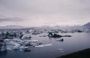 """Der spektakulärere der beiden Seen (""""Lagunen"""") am Ende der einen Gletscherzunge des Vatnajökull heisst Jökulsarlon. In der Nähe dieser einzigartigen Landschaft verbrachten wir eine Nacht im Zelt."""
