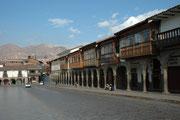 Die malerischen Terrassen an den Gebäuden am Plaza de Armes gehören zu Restaurants, wo es sich, mit Blick auf das Zentrum der Stadt, gemütlich essen lässt (u.a. Alpakafleisch und Meerschweinchen). Die Innenstadt wurde 1983 zum UNESCO- Welterbe erklärt.