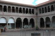 Das Kloster Santo Domingo und die gleichnamige Kirche wurden praktisch über das inkaische Sonnenheiligtum Qoriancha (grosses Tempelviertel) gebaut, wohl unter Verwendung der alten Mauersteine. Dies muss für die Incas unglaublich demütigend gewesen sein.