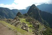 Machu Picchu ist eine gut erhaltene Ruinenstadt der Inka, in 2360 m Höhe auf einer Bergkuppe der Anden über dem Urubambatal. Erbaut wurde die Stadt vermutlich um 1450 von Pachacútec Yupanqui, einem Herrscher der Inka, der von 1438 bis 1471 regierte.