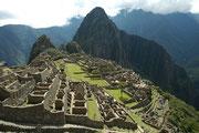 Die UNESCO nahm Machu Picchu 1983 in die Liste der Weltkulturerbe auf. Die Stadt umfasste 216 steinerne, z. T. mehrgeschossige Bauten, die mit einem System von Treppen verbunden waren. Sinn und Zweck dieser Stadt sind bis heute umstritten.