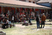 Cusco ist heute das grösste Touristenzentrum in Peru. Hier ein Markt im Hinterhof des Klosters Santo Domingo Corichana. Es werden farbige Waren aus Lama und Alpakawolle - insbesondere auch Hüte – Silber- und Goldschmuck, Töpfereien etc. feilgeboten.