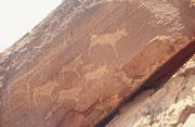 Die Bestimmung des Alters der Felsgravuren ist schwierig, da es nur anhand indirekter Anhaltspunkte, wie der Oberflächenverwitterung, geschätzt werden kann. Man nimmt aber heute an, dass sie in sechs Perioden von 300 v. Chr. bis kurz nach 1800 entstanden.
