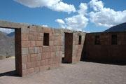 Mauer eines Palastes oder Tempels im sakralen Teil. Solche Bauten wurden sorgfältiger mit kissenförmig gewölbten, sorgfältig zugehauenen und - ohne Mörtel - aneinandergefügten Steinen errichtet. Die Mauern haben bis heute jedem Erdbeben standgehalten.