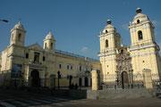 Iglesia (vollendet 1774) und Kloster San Francisco, Lima. Die Franziskanermönche verdienten ihr Einkommen längere Zeit als Totengräber von Lima. Die Toten wurden in Katakomben, die heute besichtigt werden können, unter dem Kloster beerdigt.