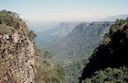 """Eine weitere Sehenswürdigkeit im Blyde River Canyon Reserve ist das """"God's Window"""". Man kann dort vom """"Escarpment"""", dem 250 km langen Höhenzug ins 700 m tiefer liegende """"lowveld"""" hinunter und ostwärts fast bis zum Krüger Park in die Weite schauen."""
