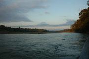 Vom Flugplatz ging es in einer zweistündigen Fahrt auf dem Madre de Dios River zu unserer Unterkunft.