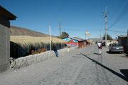 Eine der Hauptstrassen von Putre, der Hauptstadt der Provinz Parinacota. Es ist, trotz seiner 2200 Einwohner in der Tat ein stiller Ort. Obwohl die Sonne aus einem makellos blauen Himmel scheint, haben wir in Putre oft gefroren...