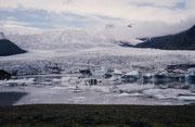 Der Vatnajökull ist der grösste Gletscher Islands und fliesst vom Landesinneren bis zum schwarzen Sand der südlichen Meeresküste, wobei die Zunge, wo sich zwei Gletscherseen bilden, fast unmittelbar neben der Ringstrasse endet.