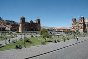 Der Hauptplatz (Plaza de Armes) von Cusco. Links die Kathedrale, erbaut von 1560 bis 1654 auf den Grundmauern des Palastes des 8. Inka Viracocha. Rechts die Kirche der Jesuiten, von 1552-1668 auf den Grundmauern des Palastes von Huayna Cápac erbaut.
