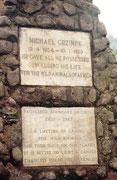 An einem Aussichtspunkt auf dem Kraterrand steht eine Gedenktafel für Prof. Bernhard Grzimek und seinen Sohn Michael Grzimek, welche sich so sehr für die Erhaltung der Serengeti eingesetzt haben und hier begraben sind. (Ngorongoro NP)