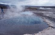 """Zusammen mit dem Wasserfall Gullfoss und dem UNESCO Weltkulturerbe  Þingvellir gehören die Geysire des Haukadalur (Heisswassertal) zu den populärsten Sehenswürdigkeiten Islands, dem sogenannten """"Golden Circle"""". Der Bekannteste Geysir ist der Strokkur."""