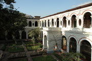 Innenhof des Convento San Francisco, also des zur Kirche gehörenden Klosters Eindrucksvoll ist die riesige Bibliothek, welche im Kloster aufgebaut wurde. Die Originalwerke mussten Stück für Stück über den Ozean nach Lima gebracht werden.