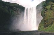 Der Skogafoss, ein Wasserfall des Flusses Skoga, ergiesst sich im Süden Islands über eine Breite von 25 Metern 60 Meter in die Tiefe.