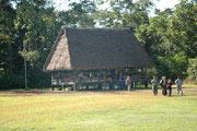 Dies ist das Hauptgebäude und die Empfangshalle bzw. Check-in des Flugplatzes Boca Manu im Manu Nationalpark.