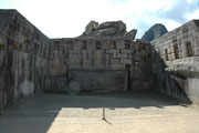 Auch in Machu Picchu sind einfach gebaute Häuser für Handwerker und Bauern von Palästen der Oberschicht und Tempeln zu unterscheiden. Dieses Gebäude gehörte zu letzteren: Sorgfältig zugeschnittene Steinblöcke sind ohne Mörtel solide aneinandergefügt.
