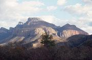"""Am Blydepoort Dam werden der Blyde River und der Ohrigstadt gestaut. Der Stausee ist umgeben von spektakulären Bergkuppen. Die drei berühmtesten sind die """"3 Rondavels"""": Die harten oberen Gesteinsschichten erodierten langsamer als die darunter liegenden."""