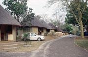 """Unser zuverlässiger Mietwagen vor """"unserem"""" Rondavel (Rundhütte) im Camp """"Satara"""". Damals gab es keinen Hausschlüssel. Die Tür blieb permanent unverschlossen. Ob das heute noch der Fall ist, weiss ich nicht. Die Zeiten ändern sich halt auch in Südafrika.."""