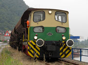 O&K D2 im Juli 2011 im Güterzugeinsatz auf dem Dreischienengleis und den Brohler Rheinanlagen.