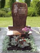 Durch den Grabstein erhalten die Trauernden einen angemessenen Platz, an dem sie sich dem Verschiedenen nahe fühlen können.