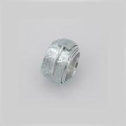 Ring aus asymmetrisch aufgerolltem Silberstreifen, mit gehämmerter Struktur. Durch einen Steg wird die Spannung gehalten.