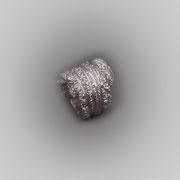 Schwerer Ring in Silber mit punzierten Rosenelementen, zeigt eine durch ein unsichtbares Band erzeugte Wicklung.