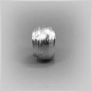 Ring in Silber, aus einem langen, unterschiedlich breitem Streifen geschaffen.