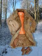 Warme Farben gegen Kälte: Pulli im Lagenlook von Laura Kent, kombiniert mit einem Volantrock im Stil der 70iger, eingehüllt in einen Ledermantel mit Kunstfell.