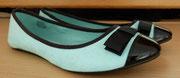 Schwarze Kappe in Lackoptik und die Zierschleife - schön auch als festliche Schuhe!