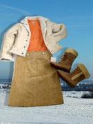 Orange - DIE Sonnenfarbe im Pulli, passend dazu der Lederrock in beige und gemütlich warme Halbstiefel.