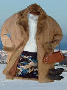 Im Mittelpunkt ein Rock von Vero Moda in warmen Farbtönen, unterstrichen vom schlichten Pulli in weiß und farblich passender Handtasche.