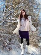Eine warme und trotzdem sehr feminine Jacke, kombiniert mit einem engen Bleistiftrock und schicken Stiefeln. Dieses Outfit unterstreicht die Weiblichkeit .
