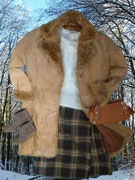 Machen wir`s den Schotten nach: Ein Kilt aus reiner Wolle in toller Farbkombination mit farblich passender Handtasche und gefüttertem Ledermantel.