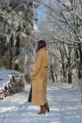 Langer Wintermantel im Trenchcoat-Stil mit großem Kunstfellkragen - auch etwas für Vintage-Liebhaberinnen!