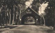 Portal am Eingang zur Schorfheide. Es soll an der Straße von Zehdenick nach Templin gestanden haben, in Höhe der Abfahrt nach Neuhof. Um 1930/40. Ansichtskarte (Quelle: Stadtarchiv Zehdenick)