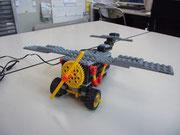 塾生オリジナルプレーン型ロボット。プロペラを回しながら猛スピードで走ります。