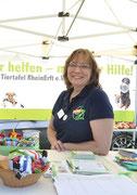 Marion, Schnüffelteppichexpertin, auch am Tiertafelstand im Einsatz