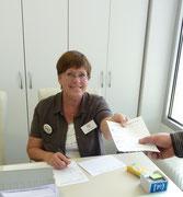 Inge, am Infostand  und bei der Spendenannahme zu finden.