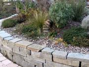 Trockenmauer aus Sandstein mit Gräsern, Kräutern und Stauden bepflanzt