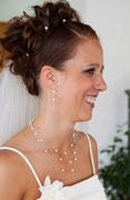 Hochzeitsschmuck: Halskette mit Ohrringen aus weißem Pferdehaar, mit weißen und durchsichtigen Perlen