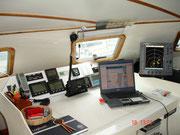 Der Kartentisch mit Laptop und Radar