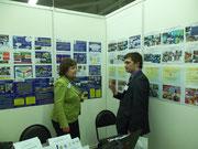 Т.Ю. Коновалова рассказывает посетителям о выставочных материалах.