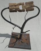 Eichenbaum, das Holz lässt sich drehen, durch seine waagerechte Spiegelachse steht die Schrift nicht Kopf