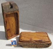 ...Deckel auf...darin 2 Stück Holz...