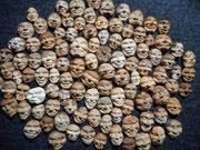 Gesichter aus Avokadokernen