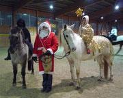 der Weihnachtsmann mit dem Engelchen auf Nikita und Knecht Ruprecht auf Giaccomo