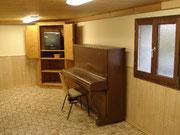 Unterer Aufenthaltsraum mit Klavier