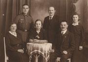 Julius Zabel mit seiner Ehefrau Rosa Bertha Zabel, geb. Vetter, dem Sohn Julius, dem Stiefsohn Anton Zöckel und den Töchtern Rosa Marie und Maria Zabel, v.l.n.r., ca. 1940 in Alt Ehrenberg.