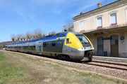 Vermenton. 7 avril 2015. B 81567-81568. Train 891160 Avallon - Paris-Bercy. CLiché Pierre BAZIN